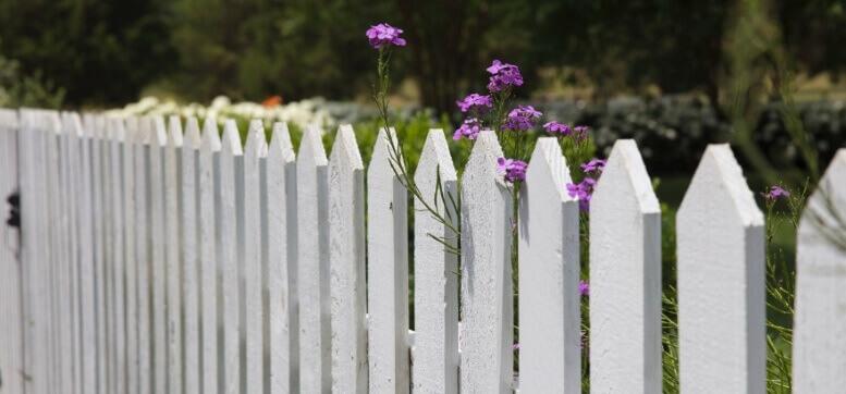 wit houten hekwerk